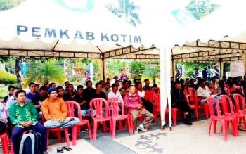Peserta lelang kendaraan dinas berkumpul di kantor BPKAD Kotawaringin Timur (Kotim).