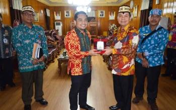 Bupati Kapuas Ben Brahim S Bahat saat memberikan cindera mata kepada Sekretaris Eksekutif APKASI M. Rifqinizami Karsayuda di Rumah Jabatan (Rujab) Bupati Kapuas, Kamis (2/2/2017).