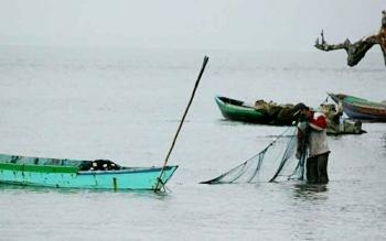 NELAYAN - Sejumlah nelayan di Pantai Kubu Kecamatan Kumai masih menggunakan jala sebagai alat tangkap. Akibat maraknya penggunaan alat tangkap ilegal, pendapatan mereka jauh menurun