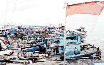 SANDAR - Sejumlah kapal ikan milik nelayan Pantai Kubu Kecamatan Kumai sandar di dermaga setempat.