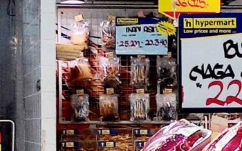 Ikan asin yang dijual di supermarket biasanya dijual dalam kemasan plastik sehingga tidak bisa dilihat apakah dikerumuni lalat atau tidak.