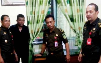 TIM JAKSA - Koordinator Pidana Khusus Kejaksaan Tinggi Kalimantan Tengah Y Sigit Kristanto (paling kanan), bersama tim Jaksa Penuntut Umum dalam kasus dugaan korupsi terdakwa mantan Rektor Universitas Palangka Raya.