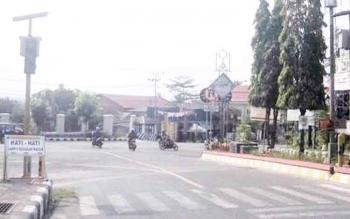 Tidak berfungsi : Lampu pengatur lalu lintas di dekat stadion sampuraga tidak berfungsi. Akibatnya lalu lintas kendaraan pun sempat kacau.