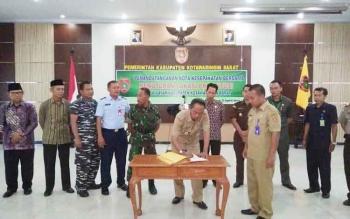 Mantan Bupati Kobar Bambang Purwanto saat menandatangani MoU penutupan lokalisasi prostitusi bersama sejumlah stake holder di Kobar.