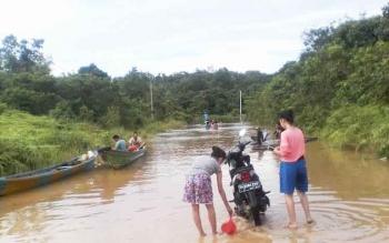 Jalan masuk ke Desa Juking Pajang, Kecamatan Murung, Kabupaten Murung Raya, dilanda banjir, Jumat (3/2/2017).