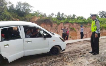 Kasat Lantas Polres Gunung IPTU Hermanto bersama dinas PU dan perhubungan memantau kondisi jalan yang rusak ruas Kuala Kurun-Palangka Raya, Jumat (3/2/2017)