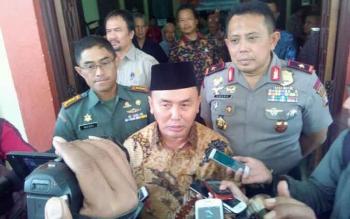 Gubernur Kalteng Sugianto Sabran didampingi Kapolda Kalteng Brigjen Anang Revandoko dan Danrem 102 Panju Panjung Kolonel Arm M Naudi Nurdika memberikan keterangan kepada wartawan, Jumat (3/2/2017)