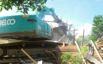 Simpang Kodok di kilometer 12 Kelurahan Baru ditutup paksa, sedikitnya 26 bangunan diratakan menggunakan alat berat.