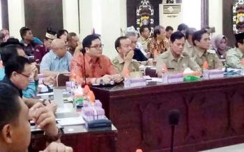 \\\\r\\\\nWabup Gumas Rony Karlos bersama Kepala BPBD Gumas M. Rusdi menghadiri Rakor Penanganan Kebakaran Hutan dan Lahan tingkat Provinsi Kalimantan Tengah (Kalteng) 2017 di Aula Arya Dharma Polda Kalteng, Jumat (3/2/2017).