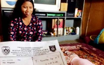 Ida Laila (30), ibu kandung M Lutfhi Aufian Hadi (4,5) masih menyimpan resep dokter sejak 2014. Diduga, Lutfhi mengalami lumpuh total setelah meminum obat sirup dari apotek sesuai resep dokter spesialis anak.