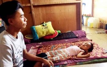 Terbaring : M Luthfi Aufian Hadi (4,5 tahun) terbaring di samping ayahnya, Lukman (30) di kediamannya Jalan Rambutan Kelurahan Baru Kecamatan Arut Selatan, Kotawaringin Barat (Kobar), Jumat (3/2/2017).
