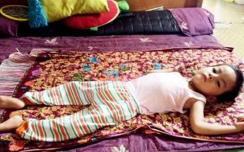 Luthfi Aufian Hadi (4,5 tahun) terkulai lemas tak berdaya karena penyakit syaraf yang dideritanya sejak 2 tahun lalu.
