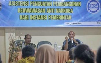 PEMAPARAN - Kepala BNN Kabupaten Kobar AKBP I Wayan Korna saat menyampaikan materi kepada peserta sosialisasi.