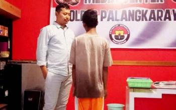 Kasat Reskrim Polres Palangka Raya AKP Ismanto Yuwono menanyai pelaku pencabulan anak, AF, Kamis (2/2/2017).