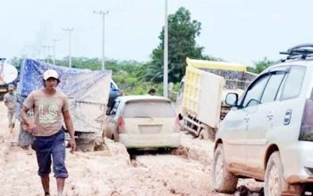 Beberapa kendaraan roda empat dan enam terjebak di jalan Pangkalan Bun Kolam, beberapa wakti lalu.