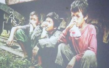 NGELEM - Sejumlah anak jalanan menghirup lem. Perlu ada regulasi yang mengatur peredaran lem di Kabupaten Kobar