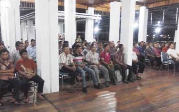 Puluhan kades dan BPD desa saat menyimak pengarahan dan ajakan dari Bupati Seruyan Sudarsono, di rumah jabatannya, Jumat (3/2/2017) malam.