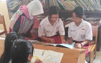 Para pelajar membaca buku di Perpustakaan daerah Kabupaten Gunung Mas.