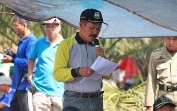 Kadis Pertanian Lamandau, Sunarto, saat memberikan arahan dan sosliasliasi pengelolaan lahan tanpa bakar (PLTB), kepada Poktan Haur Kuning, di Desa Bakonsu, Kecamatan Lamandau, beberapa waktu lalu.