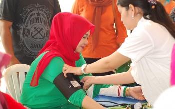 Ketua Komisi A DPRD Barito Utara, Nurul Ainy saat melakukan pengecekan kesehatan.