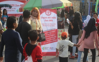 Simpatisan dan Anggota KPA Kotawaringin Barat membagikan leaflet terkait bahaya HIV/AIDS.