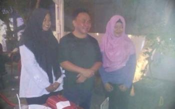 Gubernur Sugianto melayani permintaan foto bersama oleh dua siswi SMKN-3 ini saat berada di salah satu kafe depan kampus Unpar Jl Yos Sudarso, Sabtu malam