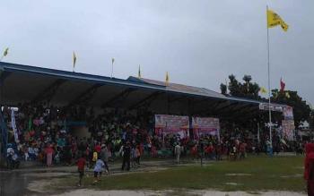 Walau hujan deras, warga Kecamatan Kumai, Kobar, sejak pagi sudah memenuhi tribun Lapangan Sepak Bola Senggora. Antusiasme para pendukung Nurani ini tidak surut walau harus berjubelan berteduh dari terpaan hujan, Minggu (5/2/017)