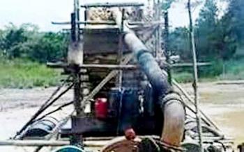Penambangan emas yang dilakukan masyarakat Kabupaten Gunung Mas. Aktivitas penambangan emas diprediksi berkurang seiring naiknya harga karet.