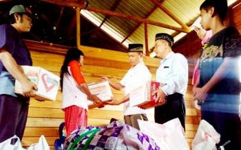 Ramanie, istri korban pembunuhan menerima bantuan dari anggota Forum Jual Beli Palangka Raya, Pemuda Muhammadiyah Kalteng dan Lembaga Amil Zakat Infak Sodakoh Muhammadiyah Kalteng, Jumat (3/2/2017).