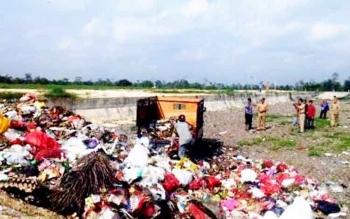 Beberapa kepala SKPD saat mengunjungi TPA sampah di Translik Desa Pasir Panjang, Kabupaten Kotawaringin Barat (Kobar). Sampah-sampah ini rencananya dimanfaatkan untuk pembangkit tenaga listrik.