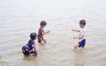 Pengunjung di pantai Anugrah Desa Sei Tabuk, Kecamatan Pantai Lunci, Kabupaten Sukamara saat bermain air.
