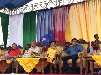 Tampak dari kanan, H Abdul Rasyid AS, Ketua Umum Partai Golkar yang juga Ketua DPR RI Setya Novanto, politisi PDIP Ganjar Pranowo, dan Mantan Gubernur Kalteng A Teras Narang saat menghadiri kampanye terbuka pasangan nomor urut 3 NURANI, Minggu (5/2/2017).