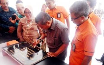 Bupati Seruyan Sudarsono menandatangani prasasti saat meresmikan bangunan kantor pos di Pembuang Hulu, Kecamatan Hanau, Sabtu (4/2/2017)