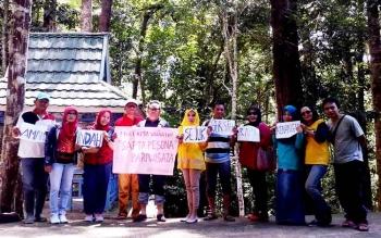 kegiatan bersih bersih objek wisata jantur Doyam Km 18 Muara Teweh - Puruk Cahu yang dilaksanakan oleh Disbudparpora Barito Utara, Minggu (5/2/2017)