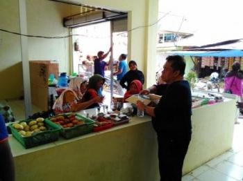 Kepala Diasperindagkop dan UMKM Kabupaten Pulang Pisau, Fauzi Tambang saat memantau Pasar Baru Patanak yang rencananya akan diresmikan pada bulan ini.
