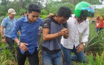 Polisi menggiring tersangka Erliansyah, saat penggerebekan.