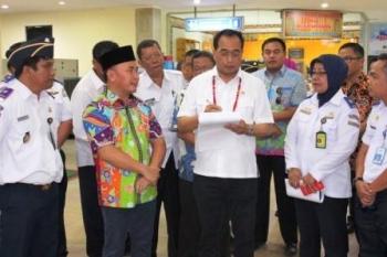 Menteri Perhubungan Budi Karya Sumadi saat membuat catatan kecil atas sejumlah usulan Gubernur Kalteng Sugianto Sabran saat meninjau Bandara Tjillik Riwut Palangka Raya, Minggu (5/2/2017) sore.
