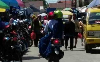 Tidak tersedianya lahan parkir di Pasar Kereng Pangi mengganggu arus lalu lintas.