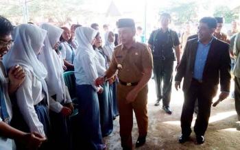 Gubernur Kalteng Sugianto Sabran didampingi Rektor IAIN, Ibnu AS Pelu menyalami siswa yang berjejer di halaman SMAN-1, Senin (6/2/2017) pagi.
