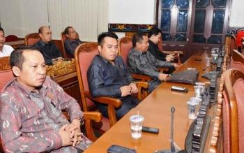 Sekretaris Komisi I DPRD Kotim Syahbana (kiri), saat mengikuti sidang paripurna DPRD Kotim.