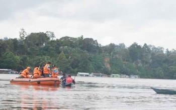 Petugas BPBD Mura saat mencari korban tenggelam di Sungai Barito.