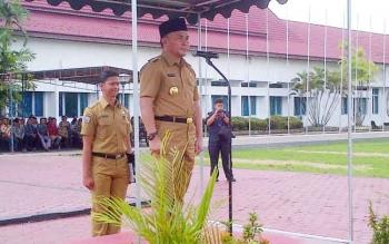 Gubernur Kalteng Sugianto Sabran menjadi inspektur upacara pada Apel Pemantapan dan Kesiapan Pilkada Barito Selatan di halaman kantor Bupati Barsel, Senin (6/2/2017).