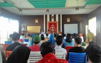 Jajaran Pemerintah Kota Palangka Raya berdialog dengan puluhan PKL di sekitar Pelabuhan Rambang, Senin (6/2/2017).