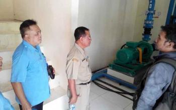 Direktur Utama PDAM Palangka Raya Tridoyo Kertanegara melihat fasilitas PDAM Bukit Batu, Senin (6/2/2017).