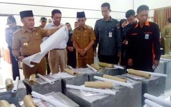 Gubernur cek kesiapan logistik, setelah berakhir apel pengamanan Pilkada di hakaman kantor Pemkab Barsel, Senin.