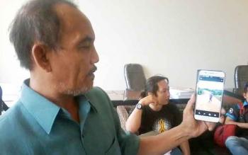 Anggota DPRD Katingan dari PAN Bhakti Gunawan memperlihatkan foto di HP-nya terkait kondisi jalan pelosok Katingan, Senin (6/2/2017). Bhakti Gunawan menegaskan bakal maju pilkada 2017.