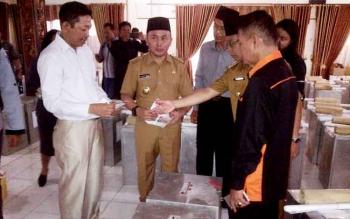 Gubernur Kalteng Sugianto Sabran saat mengunjungi KPU Barsel. Senin (6/2/2017)