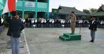 Bupati Kapuas Ben Brahim S Bahat saat memimpin upacara di MAN Selat Tengah, Senin (6/2/2017).