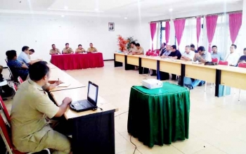 PERUNDINGAN - Perwakilan Makin Grup dan buruh dalam proses perundingan di kantir Dinas Tenaga Kerja dan Transmigrasi Kalimantan Tengah, Senin (6/2/2017).