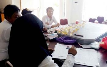BNK Sukamara saat mengecek hasil tes urine ASN setda.